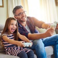 Far och dotter spelar spel tillsammans